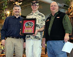 NBAA National Director Jack Horning presents the 2010 NBAA overall angler of the year award to Andrew Solomon along with NBAA owner Jim Sprague